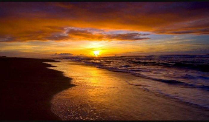 समुद्रकिनाऱ्यावरील सूर्यास्त. (A sunset at the beach)