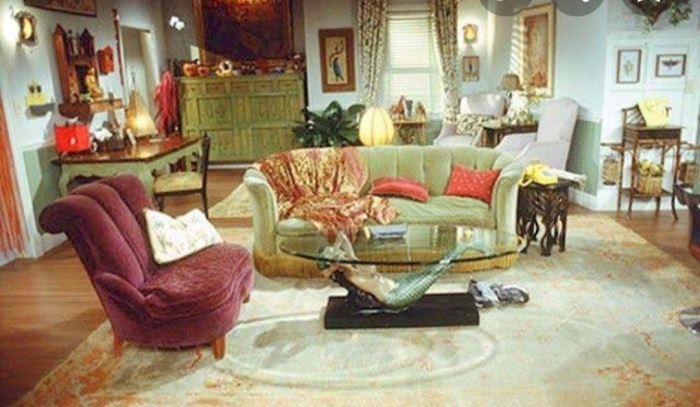 Friends Phoebe Buffay and Mike Hannigan living room
